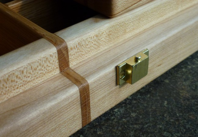 QnA Design Jewelry box 07 wood detail closing system